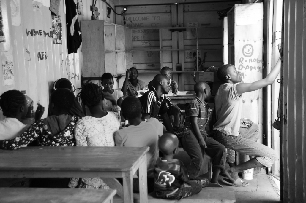 The main purpose of the container-bib is to offer a place for learning and creative freedom to the 50 children and young people of our mentorship program.
